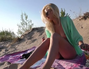 content/062618_nika_n_blonde_spinner_on_the_beach_masturbating_in_public/1.jpg