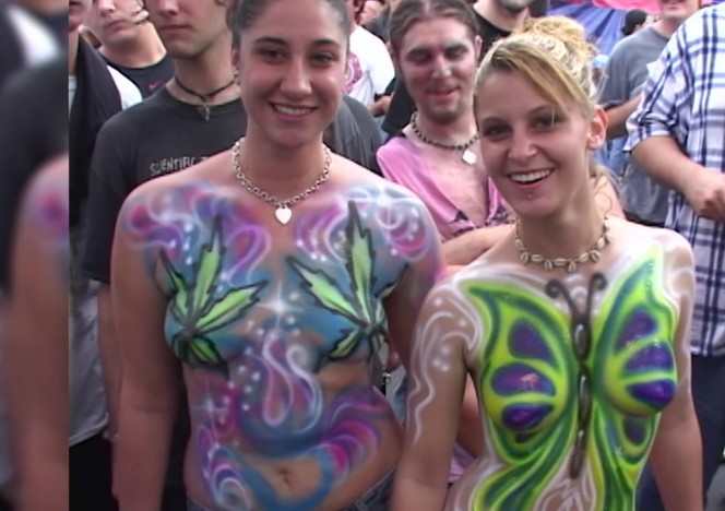 content/092916_hot_girls_getting_their_bare_tits_painted_in_public_on_duval_street/0.jpg